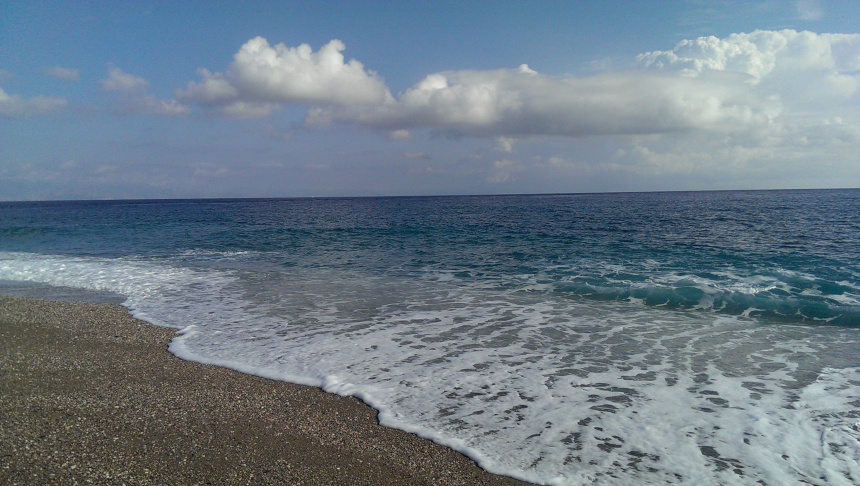 Kuvassa Rodoksen rannan aallot